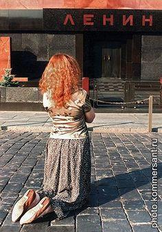 Девушка на Красной площади. Москва, июнь 2005. Станислав Тихомиров
