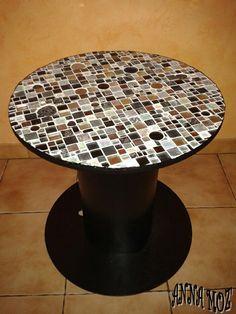 Ce touret n'était qu'une grosse bobine de bois pour fil électrique... jusqu'à ce qu'il rencontre des tesselles. Aujourd'hui c'est une petite table ronde recouverte de marbre, d'émaux, de verre transparent, irisé, nacré ou pailleté et de métal