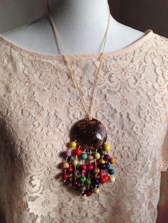 IDEA use shell with colorful beads or seeds Shell Jewelry, Beaded Jewelry, Jewellery, Neck Accessories, Diy And Crafts, Shells, Wood, Handmade Chain Jewelry, Handmade Necklaces