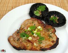 SOSCuisine: Côtelettes de #porc grillées à la #coriandre  Côtelettes de porc et champignons marinés à la coriandre.  Des saveurs thaï dans la marinade parfumée à la coriandre, et dans la sauce que l'on peut rendre plus ou moins épicée selon le goût.
