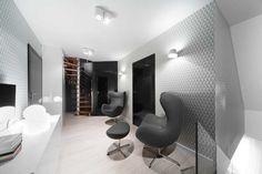 Các kiến trúc sư đã tạo nên một sự tương phản từ hình thức đến màu sắc trong trang trí căn hộ để tạo nên một không gian đặc sắc, ấn tượng mà không hề đơn điệu
