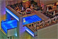 Piscinas de Vidro - modernidade e sofisticação em ambientes externos e internos! Veja muito mais fotos, dicas e informações técnicas de piscinas de vidro em Decor Salteado! É só clicar nas imagens! ; - )