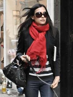 This woman is in black and white while wearing a red scarf like the rêveurs in the novel.
