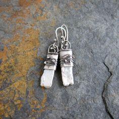 Inika - stříbro s perlou... Pokud se vám líbí perly a chcete něco zvláštního, pak jsou tyto krásné Biwa perly pro vás to pravé :) Zasadila jsem je do stříbrného lůžka, které jsem ozdobila stylově naznačenou vodou s bublinami..... Samotné perly jsou dlouhé 2 cm a široké 8 mm, do poloviny jsou zasazeny ve stříbře, které jim ale na kráse nic neubírá. Celé náušnice ...