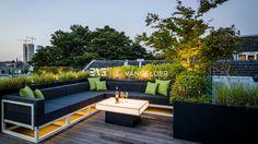 Loungebank met verlichte corian tafel. Ontwerp loungemeubel en tafel by Erik van Gelder. Loungehoek op dakterras. #design #corian #outdoorfurniture