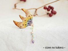 桜の木 手焼きの虹の鳥ブローチ 天然石選択