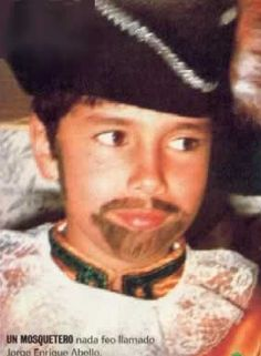 ESP.: Jorge Enrique Abello de niño! Disfrazado de mosquetero. PORT.: Jorge Enrique Abello quando criança! Fantasiado de mosqueteiro.