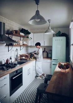 58 Creative Small Kitchen Design And Organization Ideas Home Interior, Interior Design Kitchen, Galley Kitchen Design, Kitchen Layout, Kitchen Designs, Interior Decorating, Home Decor Kitchen, Home Kitchens, Small Apartment Kitchen