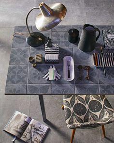 vtwonen tafel met tegels | table with accessoires | vtwonen 01-2017 | Fotografie Jeroen van der Spek | Styling Cleo Scheulderman | Productie Inge Steketee