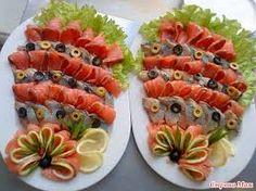 сервировка нарезка - Поиск в Google Food Table Decorations, Food Decoration, Fish Platter, Meat Platter, Canapes Recipes, Appetizer Recipes, Modern Food, New Year's Food, Food Carving