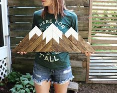 These original wood mountains are perfect for that mountain lover in your life. Minimalist and simple so they easily fit into any décor style. Wooden Wall Art, Diy Wall Art, Wood Wall, Woodworking Projects Diy, Diy Wood Projects, Wood Crafts, Mountain Decor, Mountain Art, Diy Holz