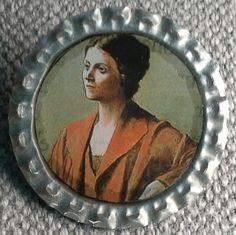 """Broche """"capsuline"""", création . Support capsule de bière argentée.  Image : Pablo Picasso La broche est recouverte de résine. Diamètre 34mm"""