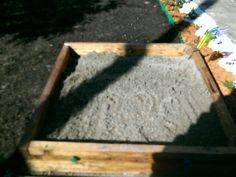 Loc de joaca cu nisip, frumos facut din bucăti de lemn de 1m, legate cu suruburi de lemn, si cate 2 mânere pe fiecare parte cu rolul de a sustine copertina, astfel încât musafirii nepoftiti sa nu isi poata face nevoile.