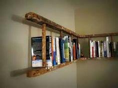 Heel leuk idee. Een houten ladder als boekenplank.