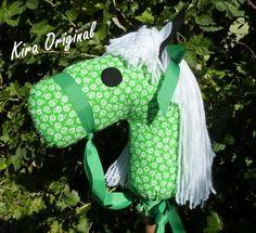 Caballito con palo, artesano. ideal para niños y niñas de 2A9 años, desarrollan su imaginacion al tiempo que viven mil aventuras, en algunos modelos, puede no coincidir la colocacion de los dibujos, con el modelo de la foto. Se pueden variar el color y modelo de las crines y de los lazos. consultar precios a través de nuestra pagina de Facebook, https://www.facebook.com/Kira-Original-Cosas-de-ni%C3%B1os-253395841351832/) MI TIENDA EN www.artesanum.com...