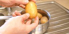 Hazle una cortada superficial a las patatas, luego hiérvelas, después de eso introdúcelas en agua fria. Mira qué simple sale el pellejo.
