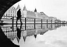 """É seguro dizer que a maior parte dos turistas em Paris não perde a oportunidade de tirar fotos aos locais emblemáticos, como a Torre Eiffel, o Museu do Louvre ou o Arco do Triunfo. Joanna Lemanska distinguiu-se dos demais por o fazer através do reflexo. A historiadora de arte aproveitou poças de água, espelhos ou metais para captar belas imagens da capital francesa. Apaixonada pelos reflexos, que dão à imagem """"um ar de aquarela"""", a artista usou tanto o iPhone 4s, como suas Fujifilm x10 e…"""