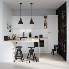 ik vind die zwarte muur in combinatie met witte keuken heel mooi