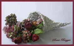 cornucopia con cannucce di carta e fiori secchi