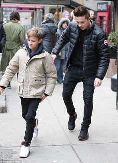 David Beckham cradles Harper in his arms while Victoria struts her stuff in sky-high heels. as they celebrate NYFW success with family lunch Style David Beckham, David Et Victoria Beckham, The Beckham Family, Harper Beckham, Bend It Like Beckham, Red Trainers, Bae, Brooklyn Beckham, Boys Long Hairstyles