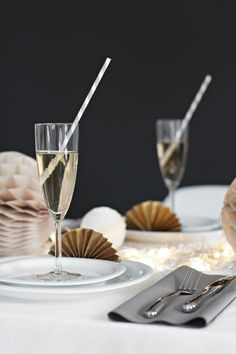Make a festive table setting for New Year´s! White Table Settings, Christmas Table Settings, Christmas Table Decorations, Decoration Table, New Years Eve Dinner, New Years Eve Party, Gold Table Runners, New Year Table, Party