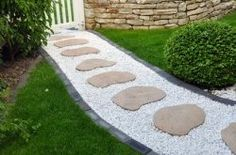 These garden path ideas are awesome! I found some great inspiration for the new gravel walkway with stepping stones I want to install in my front yard. But there's also great ideas for brick, wooden, mulch, grass, stone and flagstone paths and walkways. Stepping Stone Pathway, Gravel Walkway, Flagstone Path, Rock Path, Stone Walkways, Porch Garden, Garden Paths, Home And Garden, Balcony Garden
