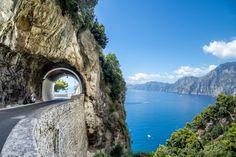 A quien no le guste demasiado conducir probablemente no disfrute recorriendo la carretera ss163 que vertebra la bellísima Costa Amalfitana, a orillas del mar Tirreno, en la región de la Campania. Es estrecha (tanto que en algunos tramos hay semáforos que van dando prioridad a uno y otro sentido) y sinuosa, con pueblos que aparecen colgados de las laderas abruptas de la montaña e impresionantes y peligrosos acantilados. Todo en mitad de un paisaje mediterráneo de huertos y viñedos, patrimonio…
