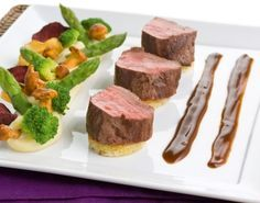 Gebraden reerugfilet met rodeportsaus I Love Food, Good Food, Yummy Food, Bruchetta Recipe, Coquille Saint Jacques, Tapas, Cooking Competition, Fancy Dinner Recipes, Dutch Recipes