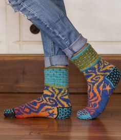 true north dk sock pattern lucy neatby sockupied fall 2014 Love these. Pattern via interweave - worth checking ravelery for better yarn info? Knitting Daily, Double Knitting, Knitting Socks, Hand Knitting, Knitting Patterns, Knit Socks, Hand Crochet, Knit Crochet, Knit Stockings