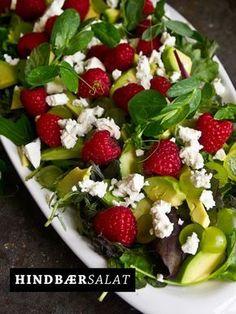 Smuk og lidt anderledes salat Jeg er blevet stor fan af bær i salater. Og det er også lidt pænt, ik?     Skyl salaten og læg den i bunden Skær ADvokadoen (sådan siger vi i Jylland) i mindre stykker og fordel over salaten. Skær vindruer i skiver og fordel Skyl hindbærrene og drys ....