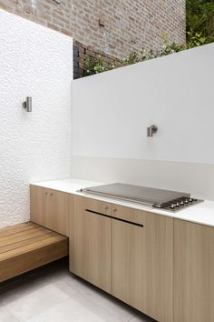 Benn & Penna Architects have extended and renovated Surry Hills House, a Victorian-era terrace house located in Sydney, Australia. Outdoor Bbq Kitchen, Kitchen Benches, Outdoor Kitchen Design, Outdoor Kitchens, Outdoor Seating, Outdoor Rooms, Outdoor Living, Outdoor Decor, Outdoor Patios