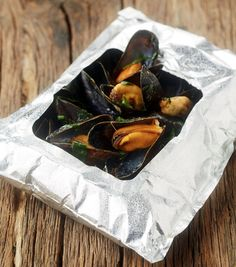 Oriëntaalse mosselen in de q-bag - Knack weekend ! Easy Cooking, Cooking Recipes, Healthy Recipes, Healthy Food, Kamado Bbq, Clams Seafood, Tapas, Camping Bbq, Weber Bbq