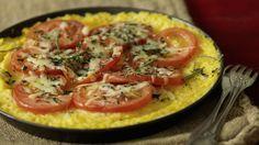 Polenta als Pizzaboden? Aber sicher. Der gekochte Bramata-Mais wird ausgestrichen und mit frischen Tomaten, Kräutern und Reibkäse überbacken.