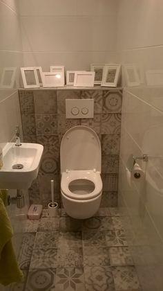 Patchwork tegels op de vloer en achterwand van het toilet (48-CN) Tegelhuys