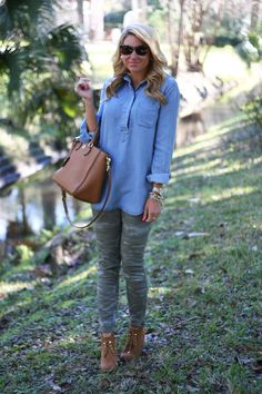 Chic Chambray top with chic Camo pants Autumn Fashion Casual, Fall Fashion Outfits, Casual Winter Outfits, Fashion Pants, Womens Fashion, Spring Fashion, Camo Jeans Outfit, Camo Outfits, Camo Pants