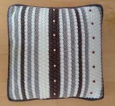 Dit woonkussen is gehaakt in een stoere reliëfsteek in gebroken wit, taupe en donkerbruin. Een extra accent zijn de houten knopen ter decoratie. Dit kussen heeft ook een gehaakte achterkant met grote houten knopen. Taupe, Throw Pillows, Beige, Toss Pillows, Cushions, Decorative Pillows, Decor Pillows, Scatter Cushions
