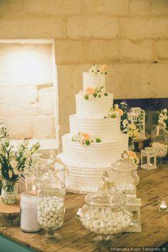 Tavolo della confettata di nozze con torta nuziale #matrimonio #nozze #sposi #sposa #torta #tortanuziale #wedding #weddingcake #ricevimento