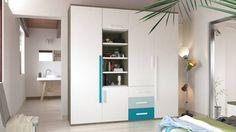 Armario a media con espacios de almacenaje abiertos.
