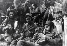 キューバのシエラマエストラで、生涯のパートナーとなるセリア・サンチェスさん(左)らとカメラに収まる、キューバ革命の指導者、フィデル・カストロ氏(右、1958年撮影)。(c)AFP/CUBA's COUNCIL OF STATE ARCHIVE