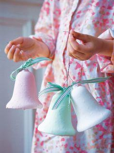 Des cloches de Pâques en carton et plâtre    Pour en savoir plus : Quoi de n'oeuf pour les fêtes de Pâques ? - Marie Claire Idées