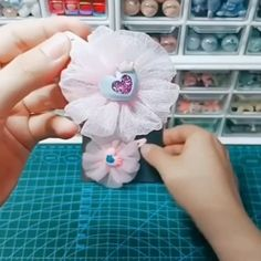Paps e Moldes de Artesanato [Video] Diy Lace Ribbon Flowers, Ribbon Flower Tutorial, Cloth Flowers, Diy Ribbon, Paper Flowers Diy, Ribbon Work, Ribbon Crafts, Handmade Flowers, Fabric Flowers