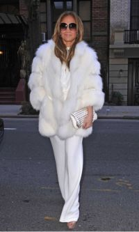 Jennifer Lopez Photos - Jennifer Lopez seen arriving back at her hotel in New York City looking gorgeous in a faux fur coat with oversized shades. - Jennifer Lopez Spotted in NYC J Lo Fashion, Fur Fashion, Winter Fashion, Fashion Outfits, Womens Fashion, Fashion Trends, All White Outfit, White Outfits, Jennifer Lopez Photos