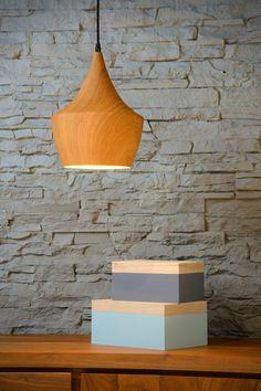Żyrandol WOODY to metalowa lampa wisząca o wyglądzie drewna. Żyrandol będzie na pewno piękną dekoracją wnętrza. Lampa świeci tylko w dół, więc sprawdzi się jako oświetlenie stołu w jadalni lub kuchni, a także blatu roboczego. Świetnie sprawdzi się także nad barem lub jako oświetlenie restauracji. Specjalna technika malowania zapewnia, że ta metalowa lampa wisząca wydaje się być wykonana z drewna. Fajnie będzie prezentować się we wnętrzu z drewnianą podłogą. Lamp Socket, Light Shades, Pendant Light, Lamp, Pendent Lighting, Indoor Pendant Lights, E27 Lights, Ceiling Lamp, Lamp Design