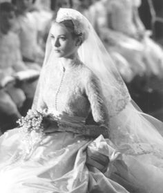 1956 - Princess of Monaco, Grace Kelly - Celebrity Wedding Dresses & Classic Bridal Trends Inspiration Royal Wedding Gowns, Celebrity Wedding Dresses, Royal Weddings, Celebrity Weddings, Vintage Weddings, Celebrity Couples, Celebrity News, Grace Kelly Mode, Grace Kelly Wedding