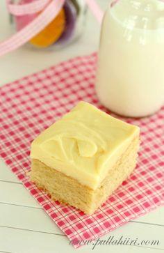 Valkosuklaa-appelsiiniblondie. Elikkäs vaalea versio browniesta, johon tietenkin tulee valkosuklaata maitosuklaan sijasta.