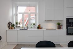 So checkout our collection of 23 Beautiful White Scandinavian Kitchen Designs to get inspired while decorating your kitchen. Kitchen Dinning, New Kitchen, Kitchen Decor, Kitchen Styling, All White Kitchen, Scandinavian Kitchen, Cuisines Design, Küchen Design, Design Ideas