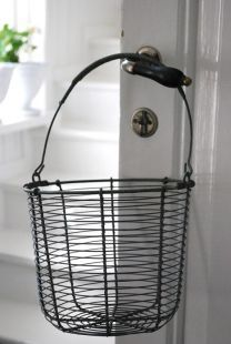 wire basket - okay, so this is really cute!
