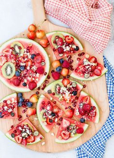 Looking for kid friendly of July recipes? Try Watermelon Pizza topped with kiwi berries and cheerries Looking for kid friendly of July recipes? Try Watermelon Pizza topped with kiwi berries and cheerries Quick Healthy Desserts, Healthy Recipes, Healthy Sides, Watermelon Pizza, Watermelon Wedding, Fruit Pizza Bar, Pizza Pizza, National Watermelon Day, Fruit Recipes
