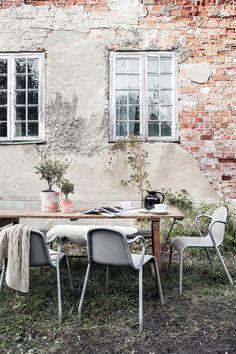 TUNHOLMEN stoel | Deze pin repinnen wij om jullie te inspireren. IKEArepint IKEA IKEAnederland IKEA fauteuil zetel grijs buiten outdoor balkon tuin zomer lente eten koken drinken feest tafel inspiratie wooninspiratie interieur wooninterieur meubel meubels meubelen