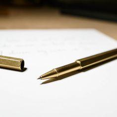 Der Rollerball Schreiber von ystudio ist ein Schreibwerkzeug der Extraklasse. Aus reinem Messing gefertigt liegt er genug schwer in der Hand, um ruhige und gleichzeitig schwungvolle Linien zu ziehen. Gleichzeitig ist er aber auch dynamisch leicht, so dass komplexe Zeichnungsakrobatik oder endlose Schreibmarathons absolviert werden können, ohne spürbar zu ermüden.